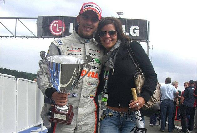 Pastor Maldonado s přítelkyní Gabrielou po vítězství ve Spa