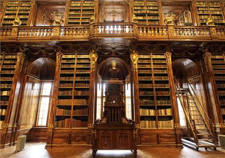 Opraveno bylo kompletní vybavení filosofického sálu.