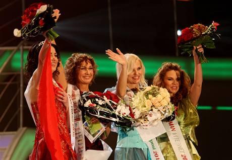 Vítězka 4. ročníku soutěže Pretty Woman Martina Průchová (druhá zleva).