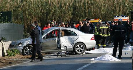 Auto v plné rychlosti srazilo na jihu Itálie skupinu cyklistů. (5. prosince 2010)