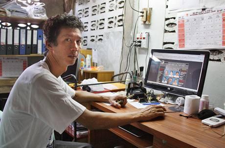 Někdejší politický vězeň Aung Myo Thein v kanceláři AAPP spravuje webovou stránku organizace