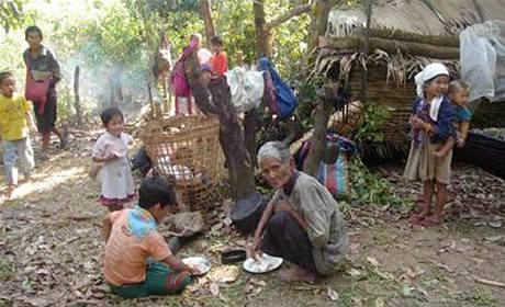 Vesničané na východě Barmy při útěku před barmskou armádou