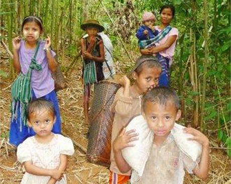Děti, které musí v etnických oblastech utíkat před barmskou armádou
