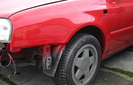 Opravovaný vůz po nehodě, při které řidič ujel.