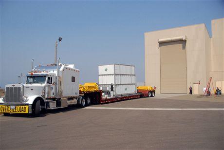 Klimatizovaný transportér přiváží vědeckou družici WISE organizace NASA do montážní haly firmy Astrotech v průmyslové oblasti základny Vandenberg AFB
