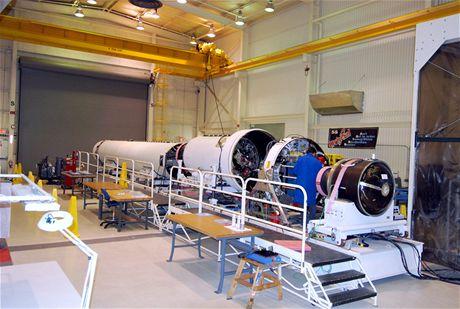 Příprava rakety Taurus ke zkouškám v soukromé hale firmy Orbital Sciences