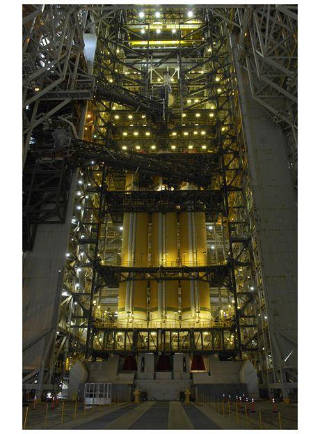 Nejsilnější současná americká nosná raketa Delta 4 Heavy v obslužné věži rampy SLC-6