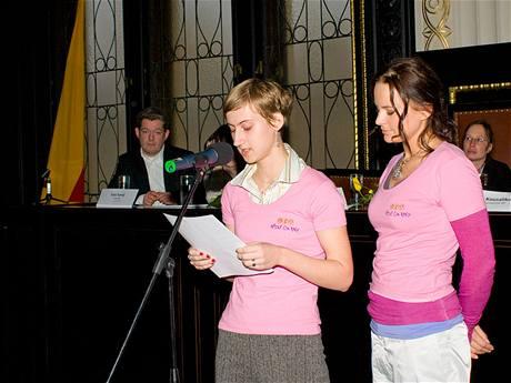 Markéta Dardová ze Slavkova čte ze své vítězné práce Není mi nic zatěžko.