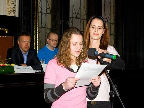 Alena Moťátková z Brna čte svůj příběh na téma Pomoc jiným dětem.