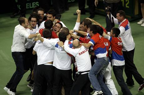 SRBSKÁ EUFORIE. Tenisté se radují z historického triumfu, poprvé vyhráli Davis Cup.