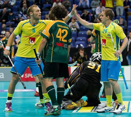 Švédští florbalisté se radují z gólu, jednoho z mnoha, který skončil v brance neškodných Australanů.
