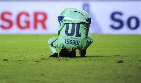 FAUL. Takhle nešikovně spadl po jednom zákroku Lionel Messi z Barcelony.
