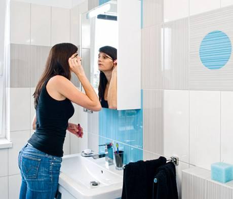 V koupelně s denním osvětlením vynikly tyrkysové i šedé barvy Mikáda