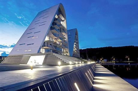 Před domem je veřejně přístupná nábřežní promenáda, tvořící přirozený přechod mezi fjordem a budovou