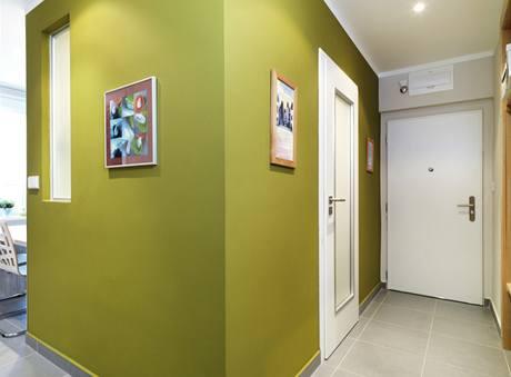 Bílé prosklené dveře (Sapeli) a bezpečnostní dveře (Next) dodávají interiéru luxusní charakter