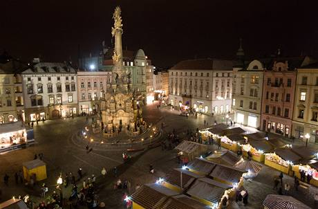 Vánoční jarmark na Horním náměstí v centru Olomouce, kde se nachází i známá dominanta města, Sloup Nejsvětější Trojice.