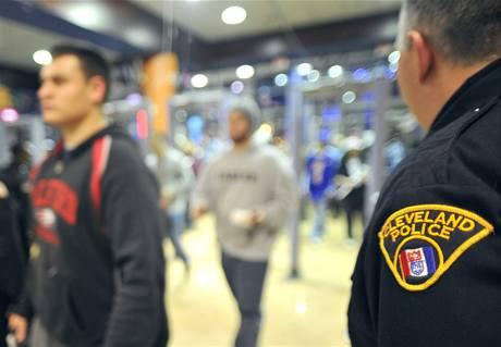 VE ST�EHU. Policist� z Clevelandu dohl�ej� na fanou�ky p�ed z�pasem Cavaliers s Miami Heat