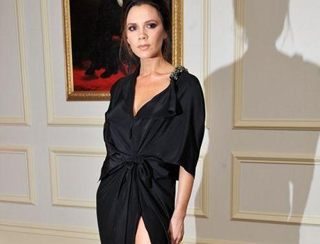 Victoria Beckhamová na předávání britských módních cen v šatech z vlastní kolekce