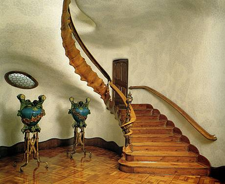 Celý šestipatrový dům protíná schodiště, kterým se dá vystoupit až na samotnou střešní terasu. Antropomorfní tvary jsou mu také vlastní