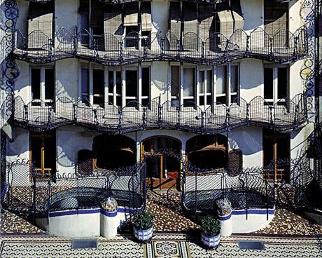 Dům s Gaudího přestavbou získal kromě nové fasády také netradiční zastřešení a dvě patra navíc