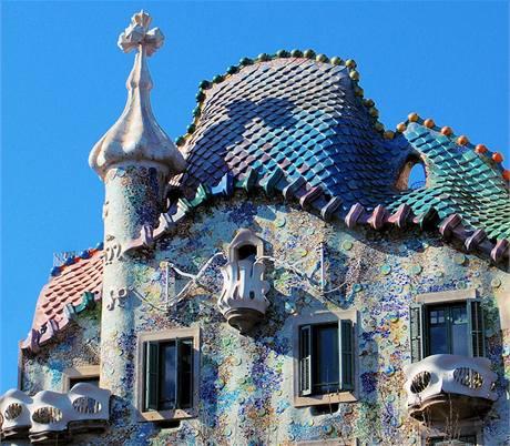 Něžná barevnost, ustupující střecha s Gaudího typickými dlabanými okny a organické tvary balkonů. Casa Batlló je jednou z perel Barcelony