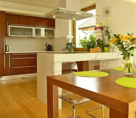 Kuchyňskou linku doplňuje varné centrum vyrobené na míru z copanu