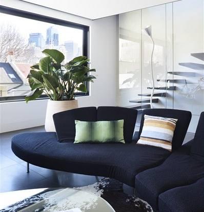 Většinu nábytku si pořídili majitelé již do předchozího bytu. Sedací souprava je od firmy B&B Italia