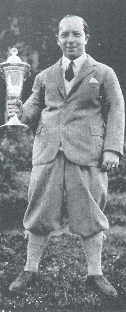 František Ringhoffer mladší s Masarykovým pohárem pro vítěze tohoto turnaje v roce 1930.