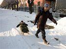 Zasněžené ulice v Olomouci nabídly maminkám možnost vyměnit kočárek za sáňky.