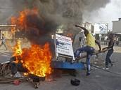 Odpůrci současného prezidenta vyšli po neuznání volebních výsledků do ulic.