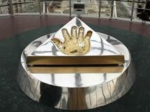 Otisk Nazarbajevovy ruky v rozhledně Bajterek - přilož ruku a něco si přej