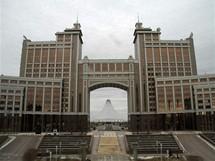 Astana. Za ždanovskou budovou kazašských ministerstev se tyčí stan Chán Šatyry z architektonické dílny Normana Fostera