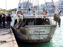 Italská rybářská loď, která vylovila ostatky amerických vzduchoplavců (6. prosince 2010)