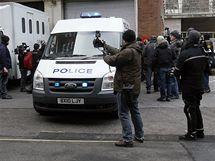 Novináři před budovou soudu ve Westminsteru. Ve Velké Británii byl zatčen zakladatel serveru WikiLeaks Julian Assange (7. prosince 2010)
