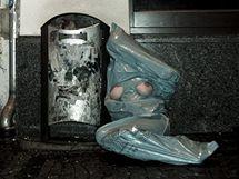Mladí umělci vyslali do ulic modelku v odpadkovém pytli a s obnaženým poprsím.