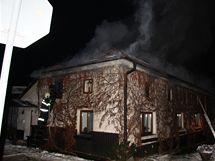 Ve Fryštáku na Zlínsku hořel noci na pondělí rodinný dům, policisté z něj zachránili dva obyvatele a jejich psa.