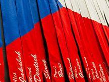 Šály florbalistů tvoří dohromady státní vlajku