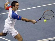NA SÍTI. Srbský tenista Viktor Troicki se snaží smečovat na síti během finálového zápasu Davis Cupu.