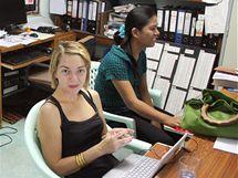 V kanceláři AAPP pomáhají i dobrovolníci, většinou se zabývají překlady