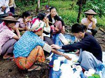 Mobilní zdravotnické týmy pomáhají vesničanům, kteří prchají před barmskou armádou