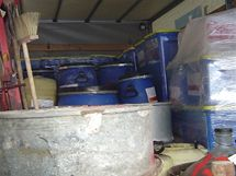 Eskorta odváží nebezpečné chemikálie z domku v Bělé nad Svitavou