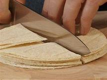 Tortily přes smažením pokrájejte na osminky