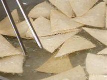 Trojúhelníčky tortil osmažte v rozpáleném tuku