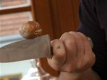 Avokádo rozkrojte napůl, poloviny oddělte a do pecky sedící uprostřed jedné z nich ekněte nožem. Elegantně ji tak vyjmete