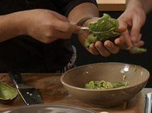 Zralé avokádo musí být měkké, jde tedy dobře vydlabat lžící