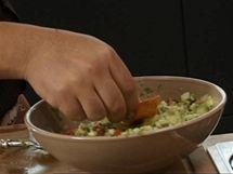 Tradiční mexická omáčka quacamole je něco mezi dipem a zeleninovým salátem; ideálně se nabírá osmaženým trojúhelníčkem tortily