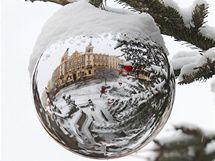 Ve vánočních koulích na stromku se odráží radnice Pardubic