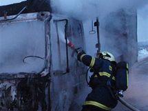 Hasiči hasí požár nákladního auta na D11