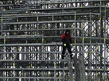 Stavba tribun pro zápas pod širým nebem