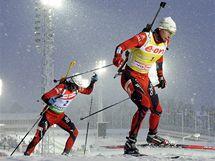 Ole Einar Björndalen stíhá krajana Hegleho Svendsena.